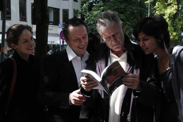 """Rudolf Thome und die Hauptdarsteller aus seinem neuesten Kinofilm """"Das rote Zimmer"""" Katharina Lorenz, Peter Knaack, und Serpil Turhan begutschten das neue Thomebuch."""